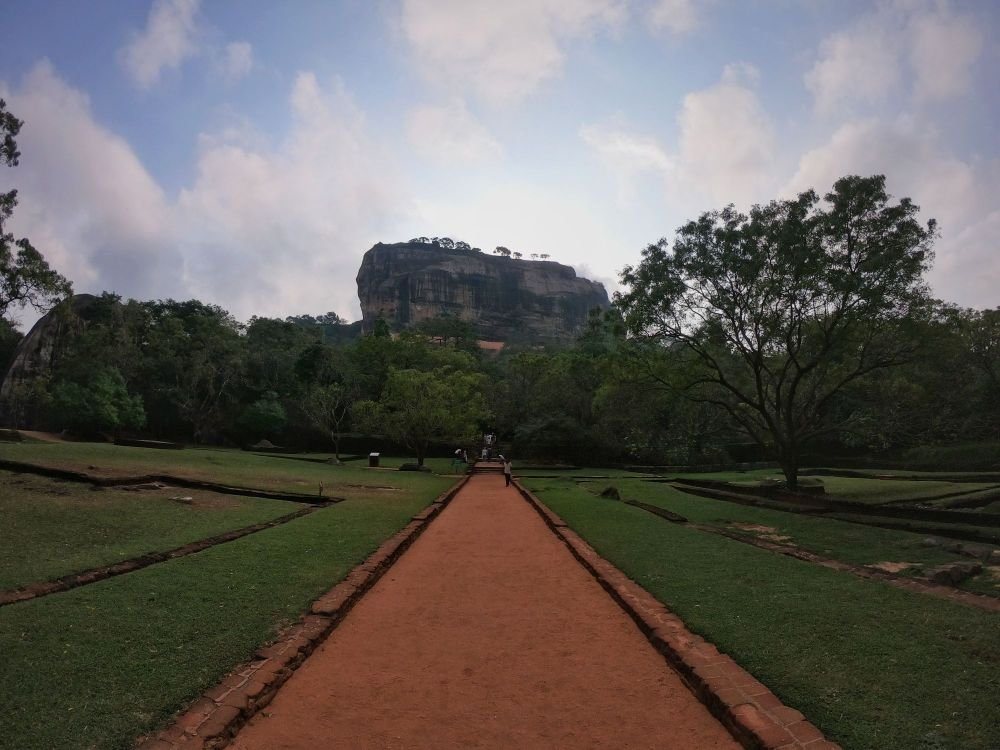la strada rossa che posta alla montagna di Sigirya