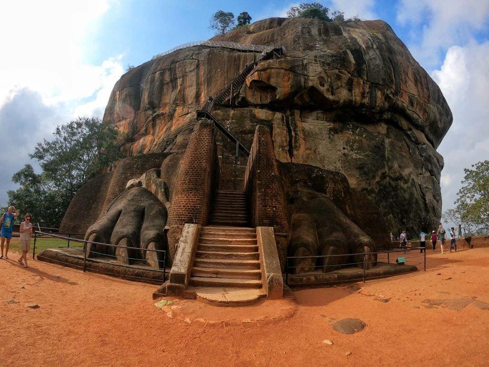 la roccia del leone con i suoi artigli a Sigiriya Sri Lanka
