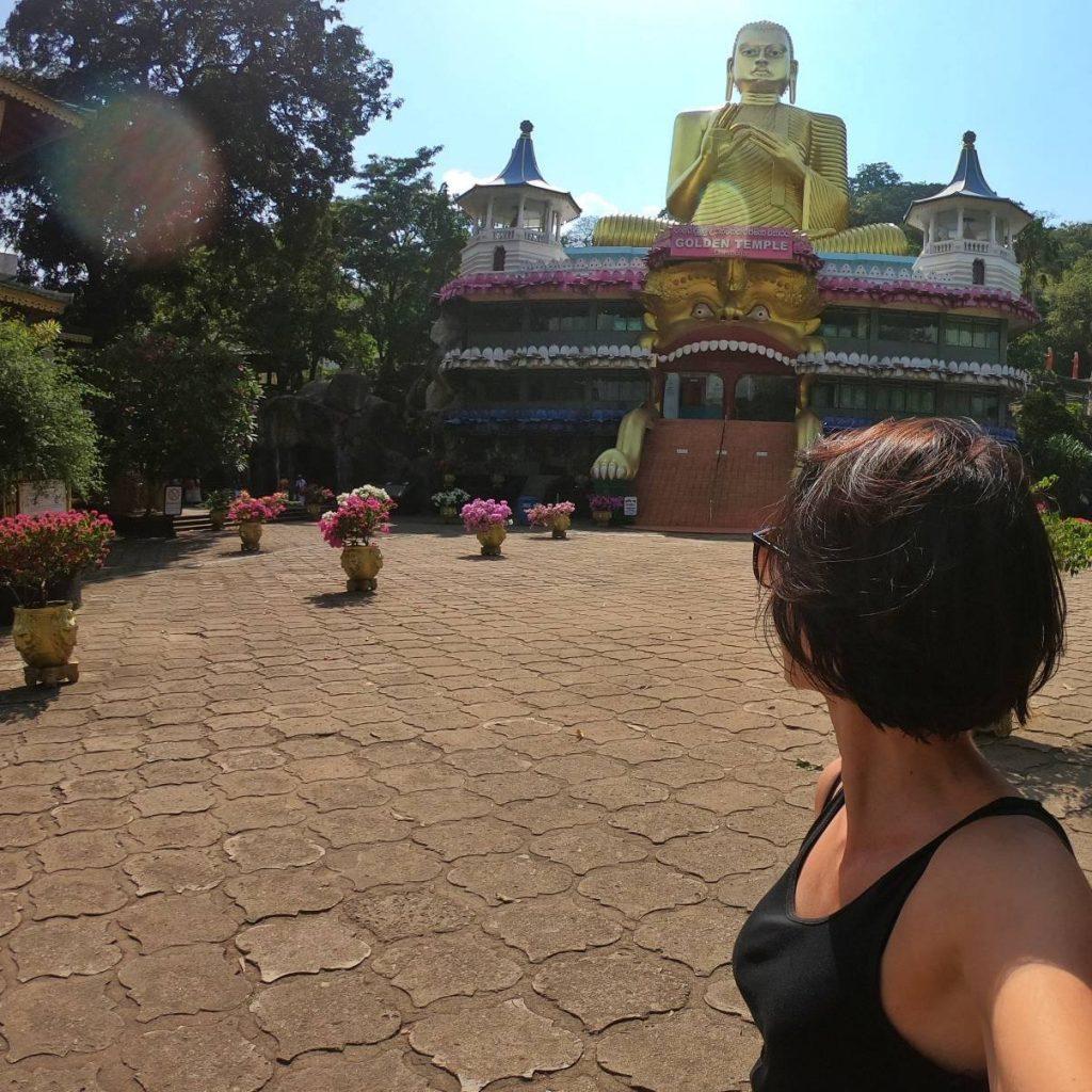 selfi di spalle con buddha d'oro in Sri Lanka
