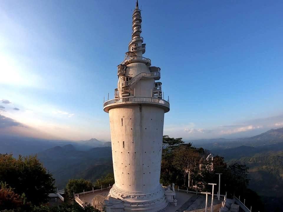 bellissima vista panoramica sri lanka e torre fra le montagne