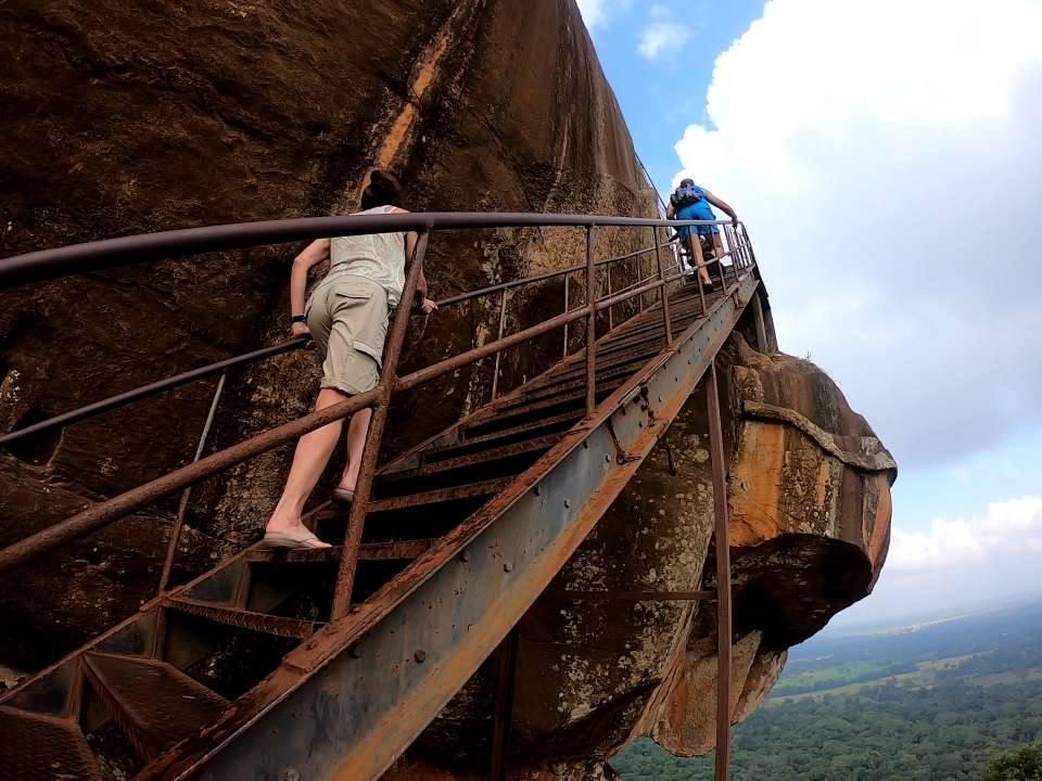 foto della scalinata di sigirya in sri lanka